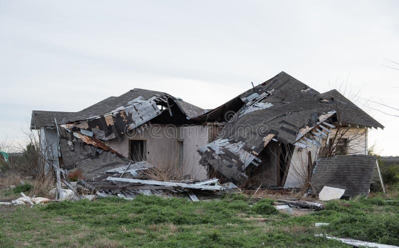 Casa abandonada desmoronada após a batida pela tempestade fotografia de stock