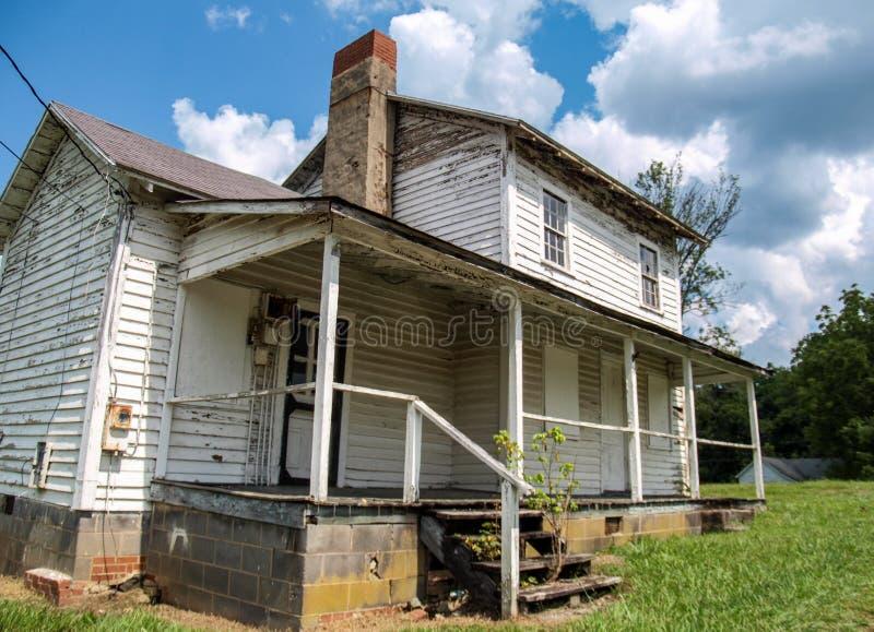 Casa abandonada do trabalhador do moinho na vila do moinho de algodão de Oakdale imagem de stock
