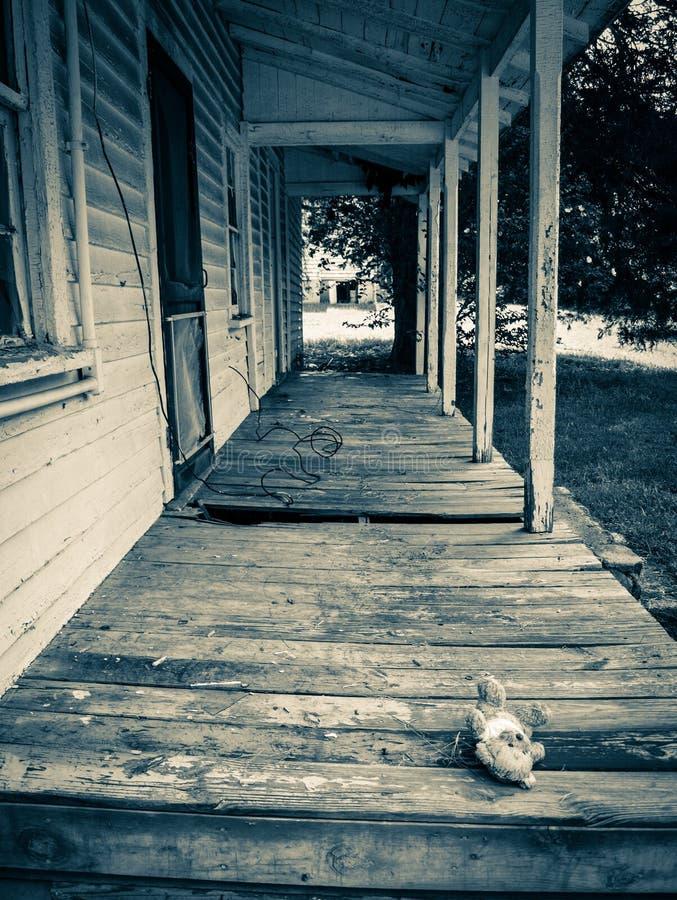Casa abandonada do trabalhador do moinho na vila do moinho de algodão de Oakdale foto de stock