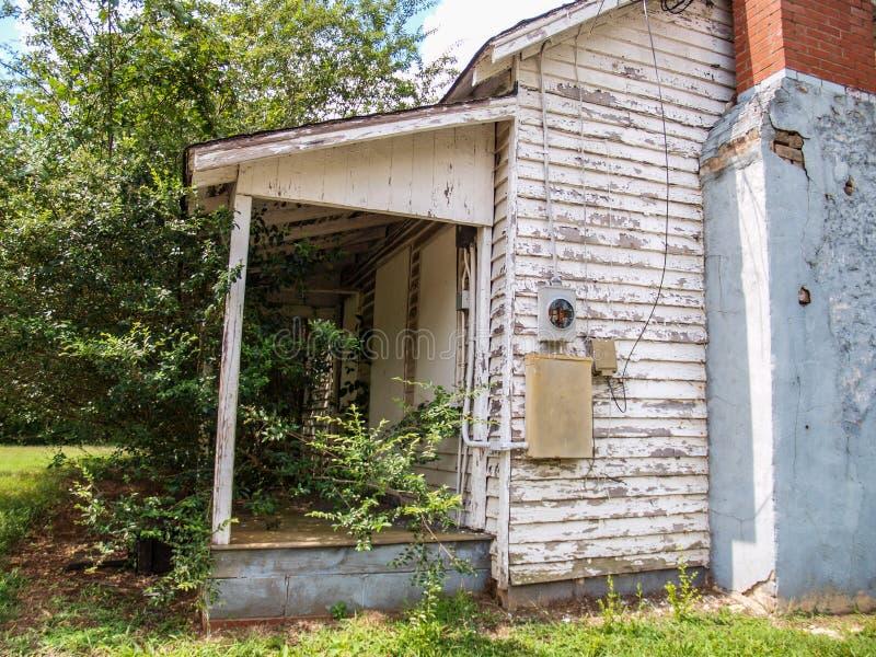 Casa abandonada do trabalhador do moinho na vila do moinho de algodão de Oakdale imagens de stock