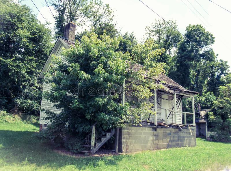 Casa abandonada do trabalhador do moinho na vila do moinho de algodão de Oakdale foto de stock royalty free