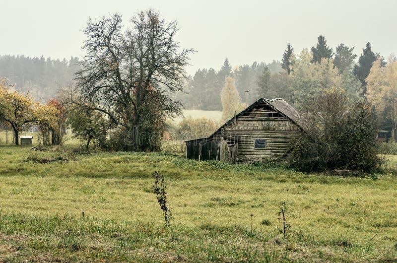 Casa abandonada en campo imagenes de archivo