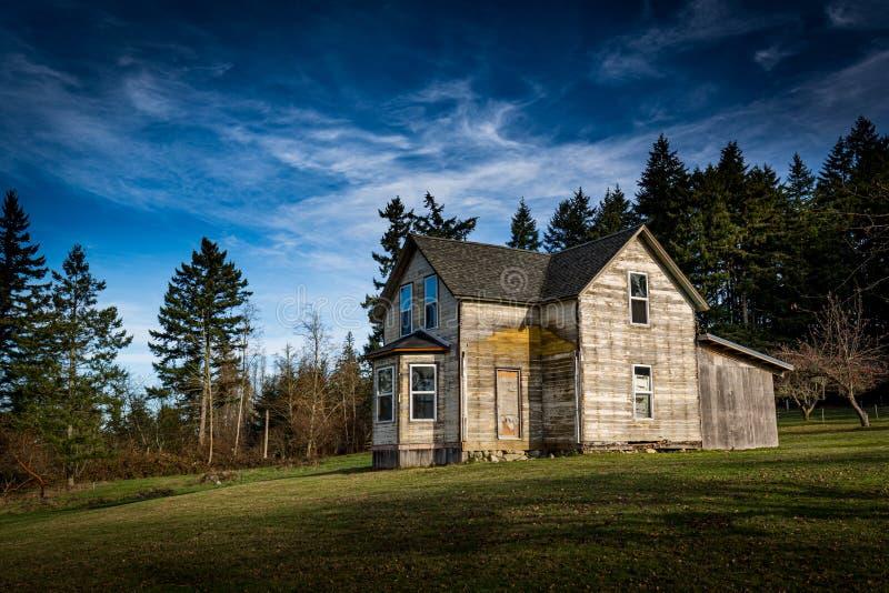 Casa abandonada en el puerto de Gig, Washington fotos de archivo