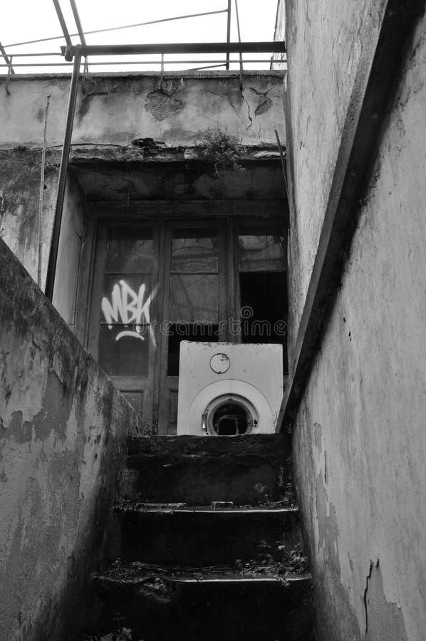 Casa abandonada escaleras del sótano foto de archivo libre de regalías