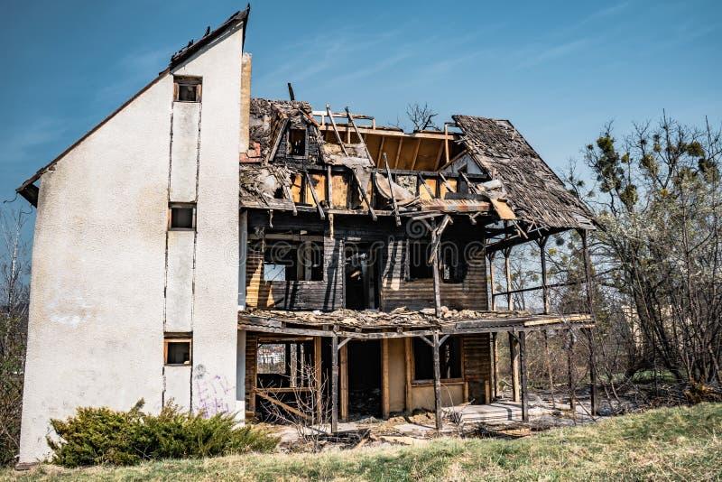 Casa abandonada Hoia Baciu - bosque frecuentado, Rumania foto de archivo