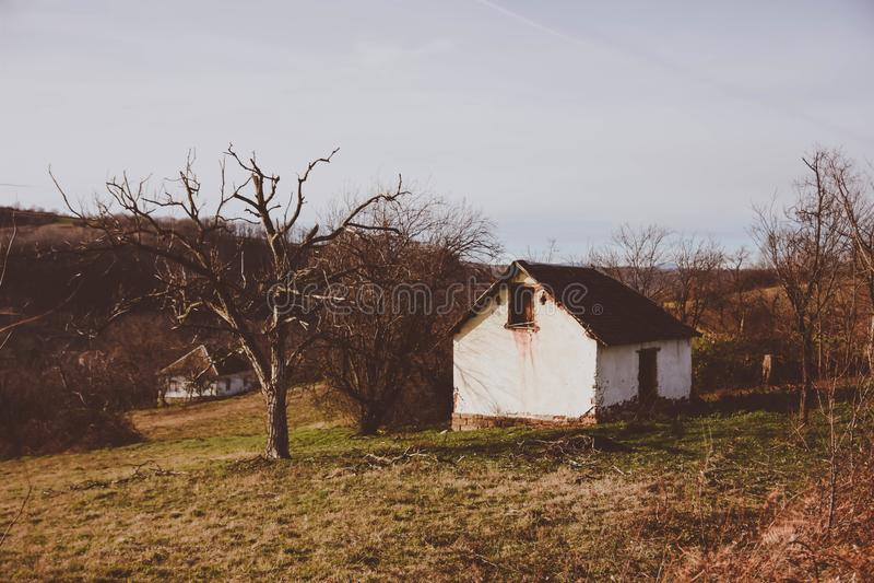 Casa abandonada na Sérvia do sul imagens de stock