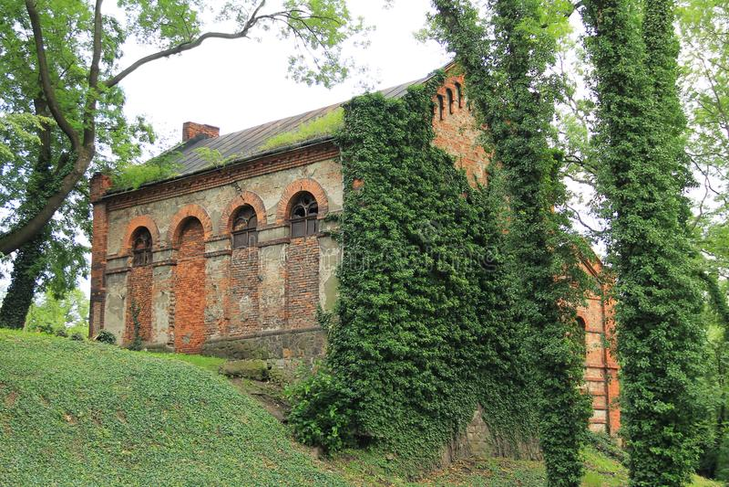 Casa abandonada no cemitério judaico velho imagens de stock royalty free