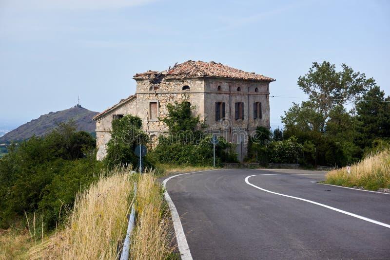 Casa abandonada pela estrada, ITÁLIA/Piantonia imagens de stock