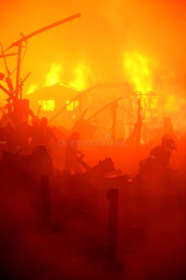 Casa abandonada queimada no precário, thailan imagens de stock