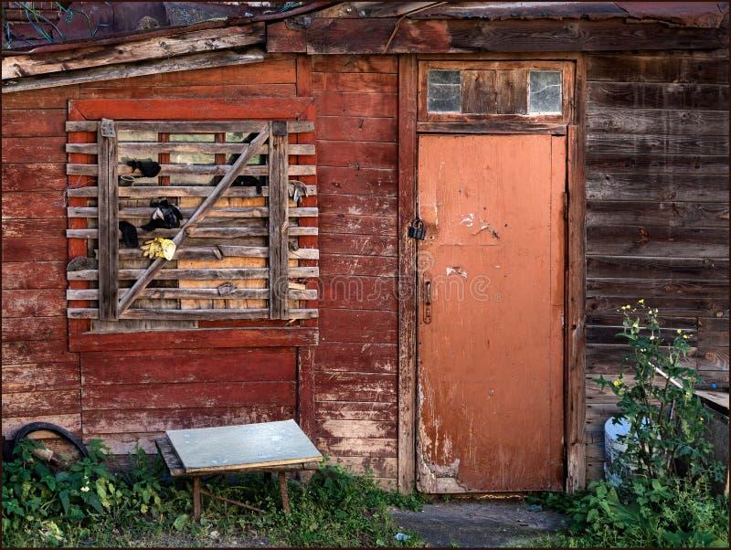 Casa abandonada Una vieja yarda Rusia imagen de archivo libre de regalías