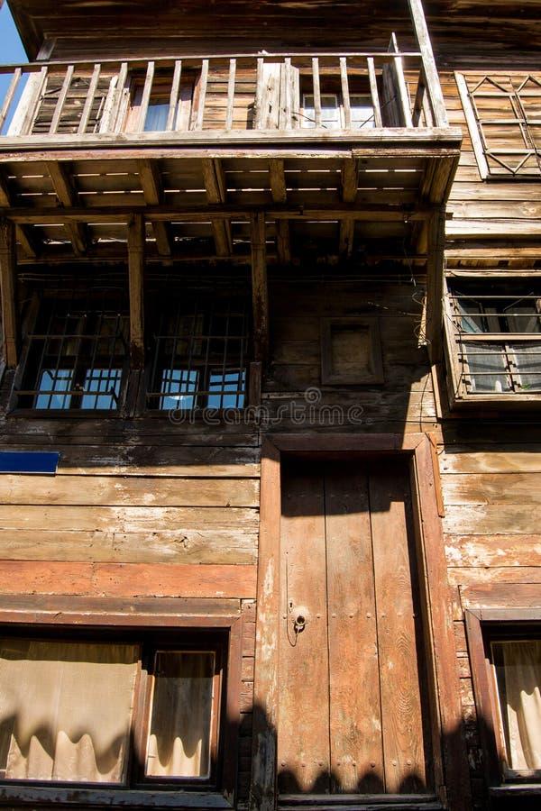 Casa abandonada velha feita da madeira em dois assoalhos fotos de stock