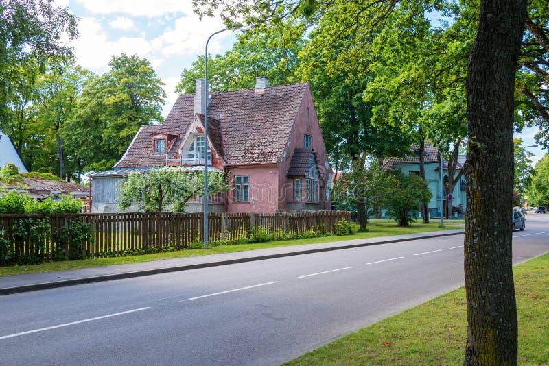Casa abandonada velha na rua da cidade fotografia de stock