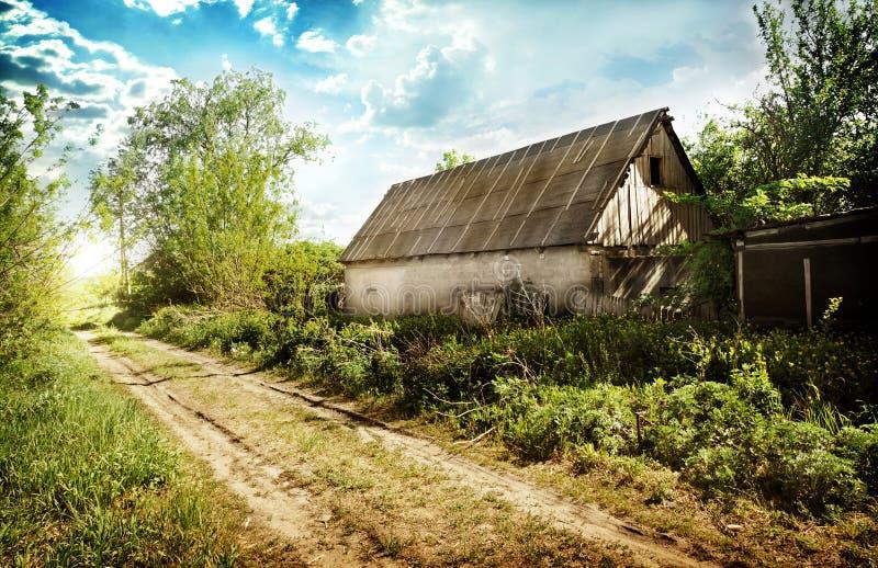 Casa abandonada velha na vila fotos de stock