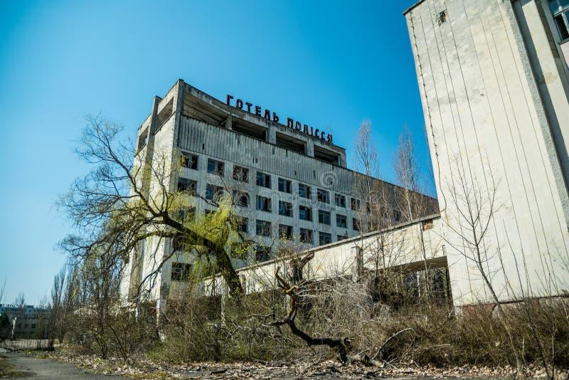 Casa abandonada vieja en el pueblo fantasma de Pripyat, Ucrania Consecuencias de una explosi?n nuclear en el plan de la energ?a a imagen de archivo
