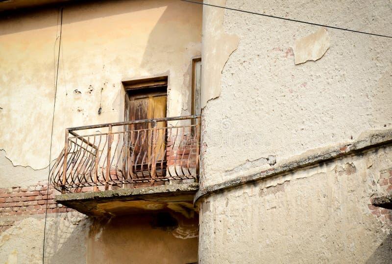 Casa abandonada vieja y terraza oxidada imagen de archivo