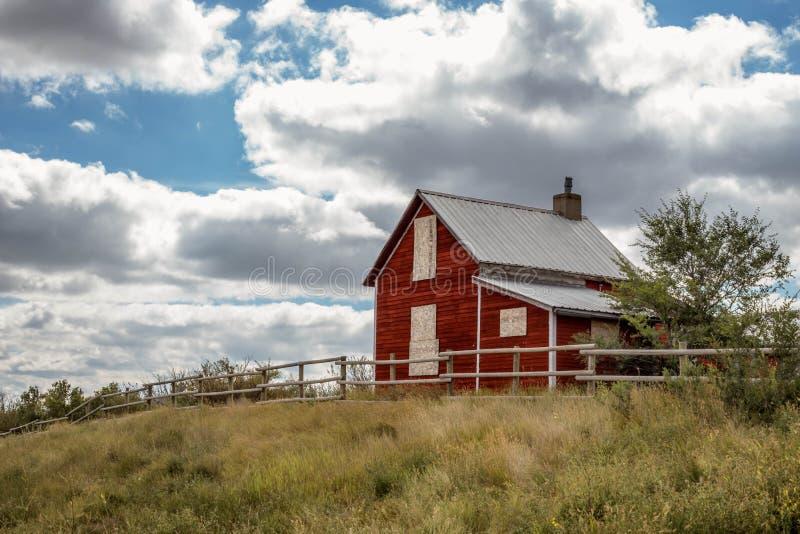 Casa abandonada viejo rojo fotografía de archivo libre de regalías
