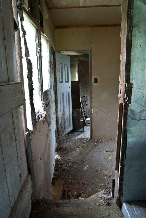 Casa abandonado y de la reducción vieja imagen de archivo