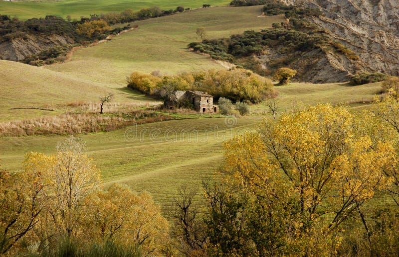 Casa abbandonata in colline della Toscana fotografia stock