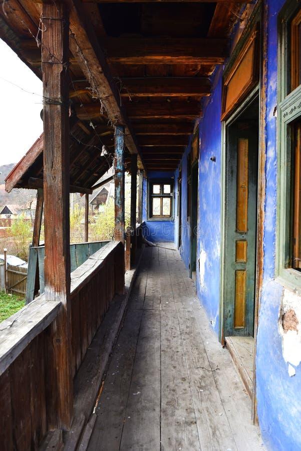 Casa abbandonata con un portico di legno fotografia stock libera da diritti