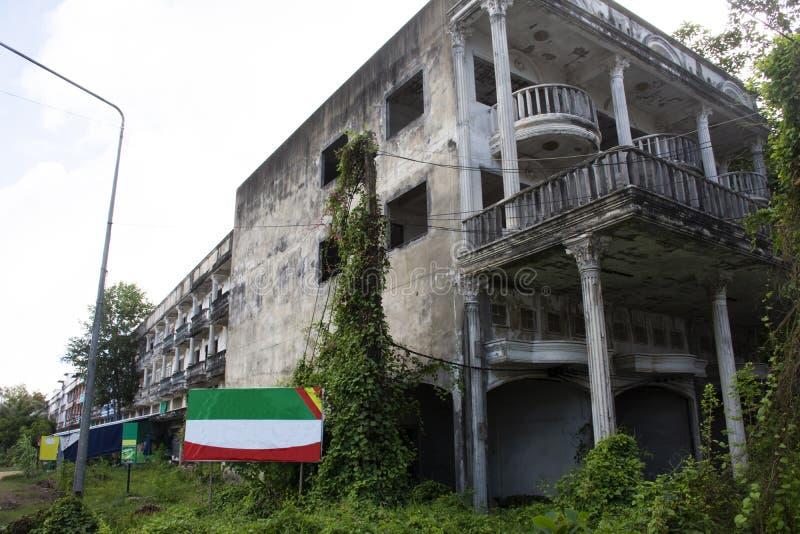 Casa abbandonata e vecchia costruzione commerciale accanto alla strada di Phe di divieto in Rayong, Tailandia immagine stock