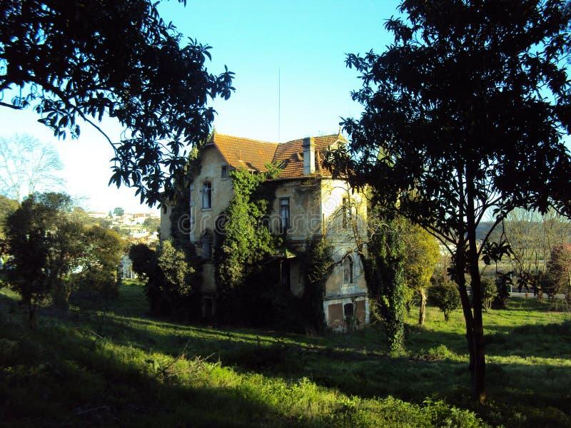 Casa abbandonata enorme fotografia stock