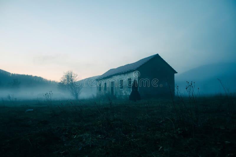 Casa abbandonata nella foresta fotografia stock