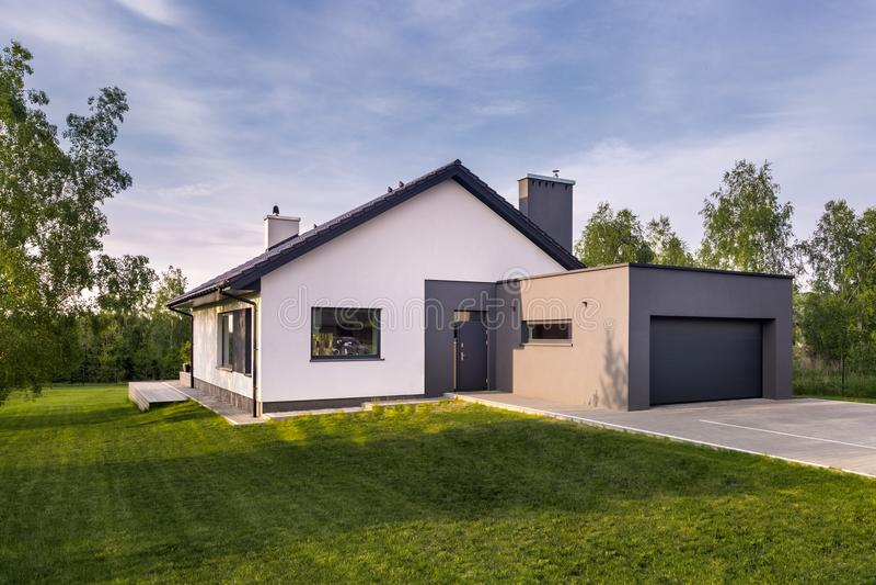 Casa accogliente della famiglia con il giardino fotografia stock libera da diritti