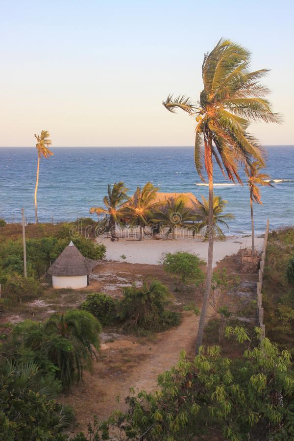 Casa acogedora del centro turístico con los árboles de coco en las orillas del Océano Índico en Kenia imagen de archivo