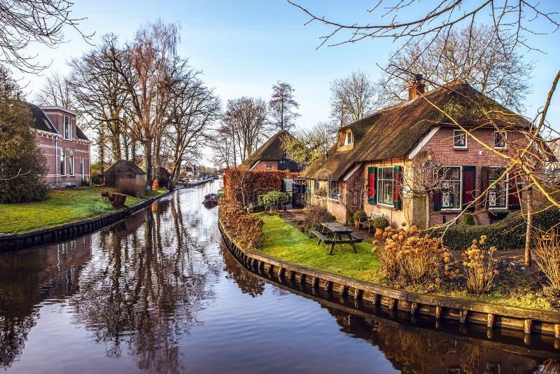 Casa acolhedor velha com o telhado cobrido com sapê em Giethoorn, Países Baixos imagem de stock