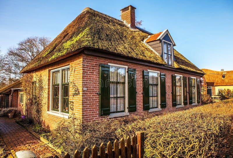 Casa acolhedor velha em Giethoorn, Países Baixos imagem de stock