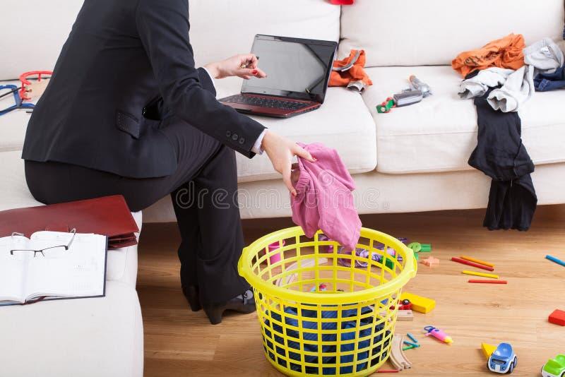 Casa activa y funcionamiento de la limpieza de la mujer imagenes de archivo