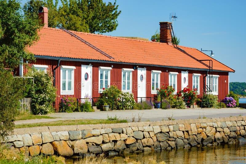 Casa adorabile dal mare immagini stock