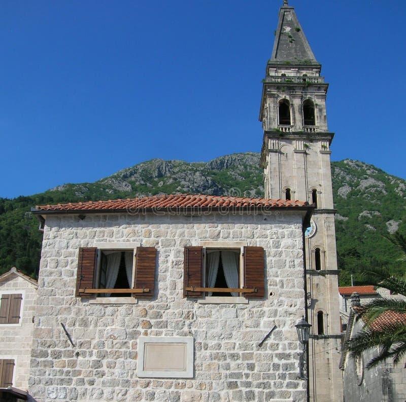 Casa adriatica vicino alla chiesa fotografia stock