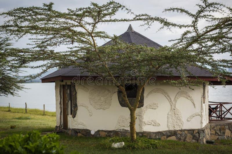 Casa africana sulla riva del lago immagine stock