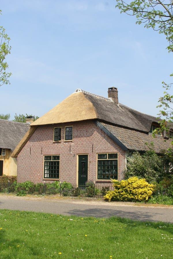 Casa agrícola holandesa con el tejado cubierto con paja, Holanda imagen de archivo
