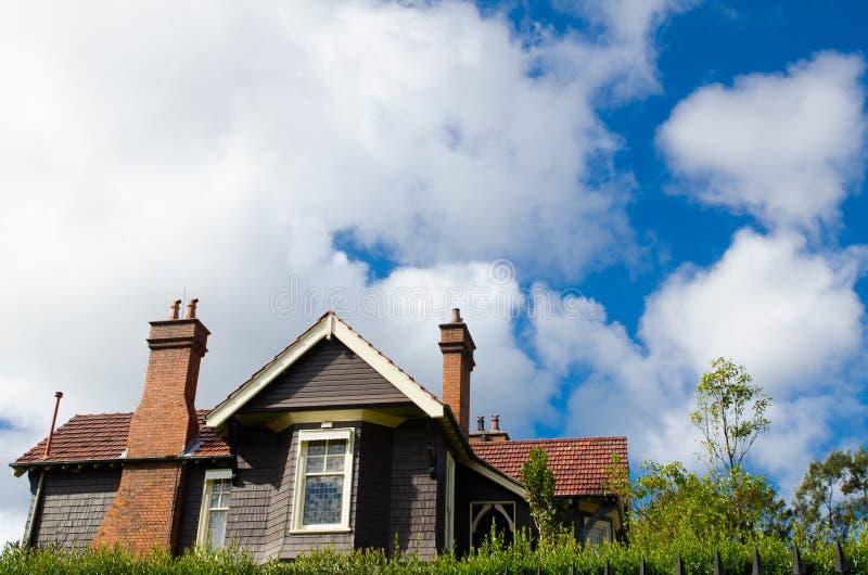 Casa aislada en estilo europeo con el cielo nublado en estación de primavera fotos de archivo libres de regalías