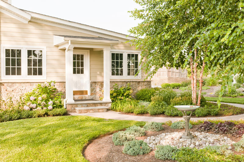 A casa ajardinou o quintal imagem de stock royalty free