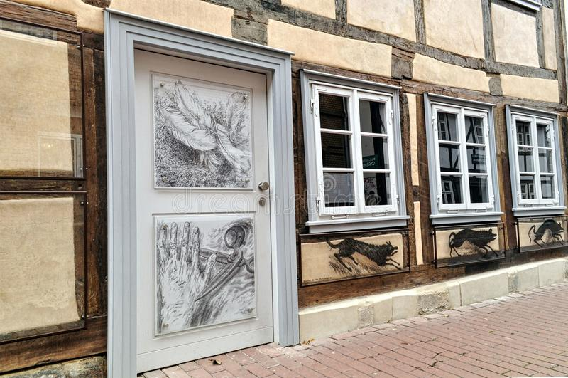 Casa alemana del viejo vintage con un dibujo en la puerta de madera fotos de archivo libres de regalías