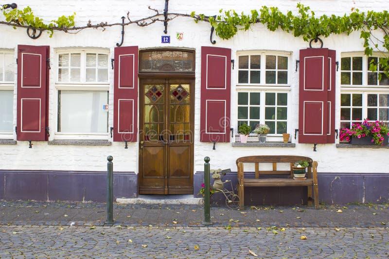 Casa alemana vieja con la puerta de madera y ventanas con el shutte de madera fotografía de archivo