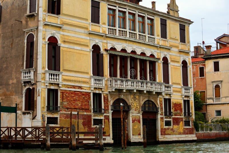 Casa amarela brilhante velha bonita perto do canal em Veneza, Ital imagem de stock royalty free