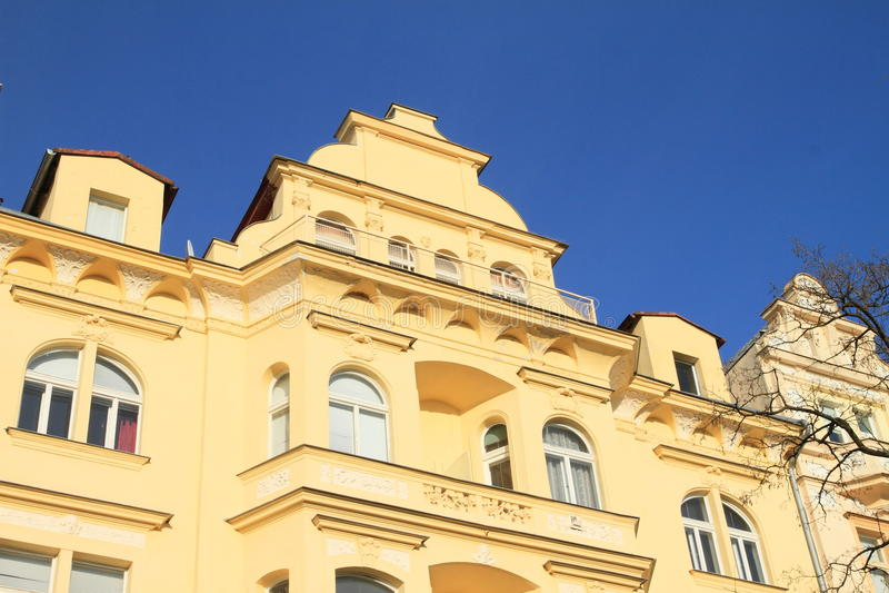 Casa amarela com balcões fotos de stock royalty free