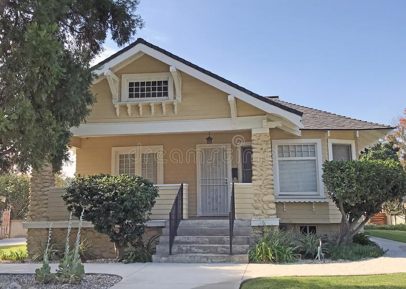 Casa amarela do estilo do Artesão-bungalow em Pasadena fotos de stock