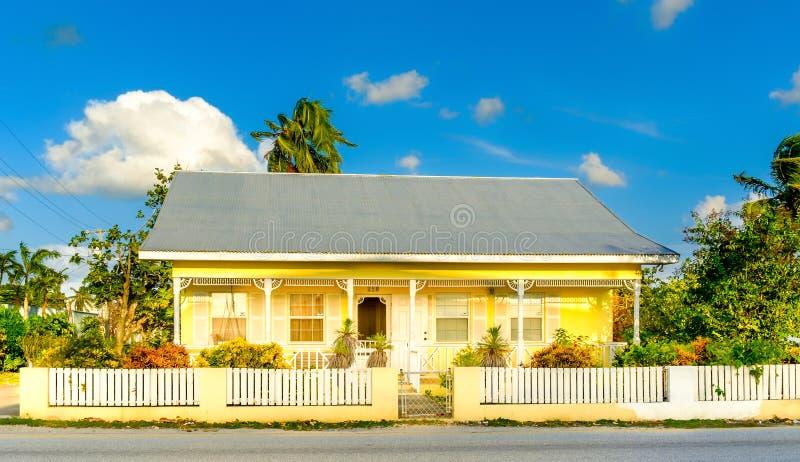 Casa amarela do St da igreja grande do Caimão-norte fotos de stock