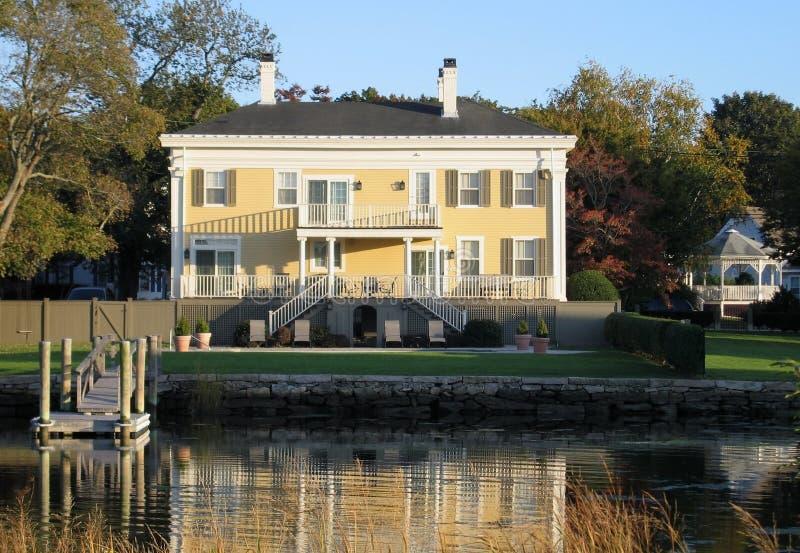 Casa amarela em Plymouth fotos de stock