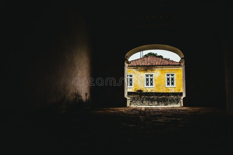 Casa amarela no lugar abandonado e completo velhos das histórias imagem de stock royalty free