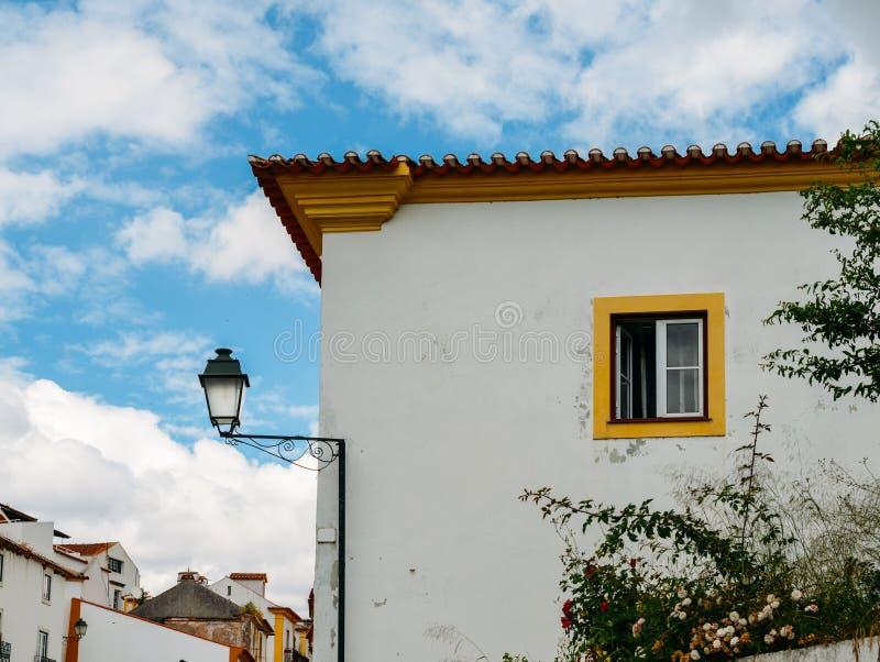 Casa amarilla de la piedra caliza y blanca acogedora en Constancia en el distrito de Santarem de Portugal foto de archivo libre de regalías