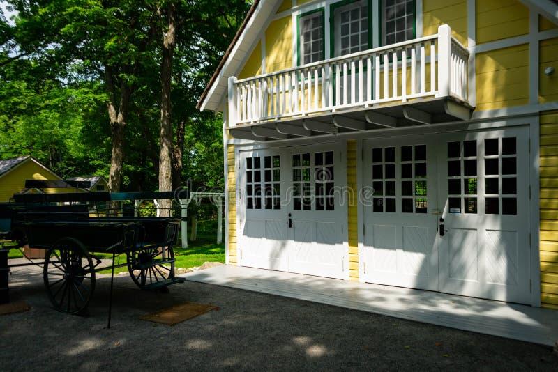 Casa amarilla de madera vieja hermosa y carro viejo en naturaleza hermosa del bosque foto de archivo libre de regalías