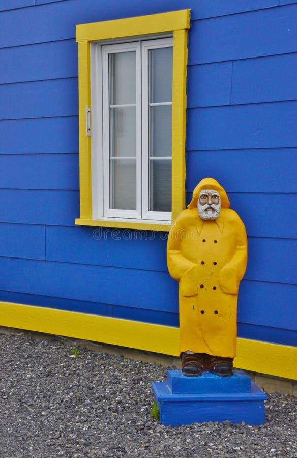 Casa amarilla del azul de la opinión del verano de Santon fotografía de archivo libre de regalías