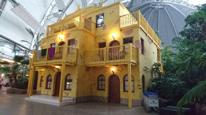 Casa amarilla en Isalnd tropical fotografía de archivo libre de regalías