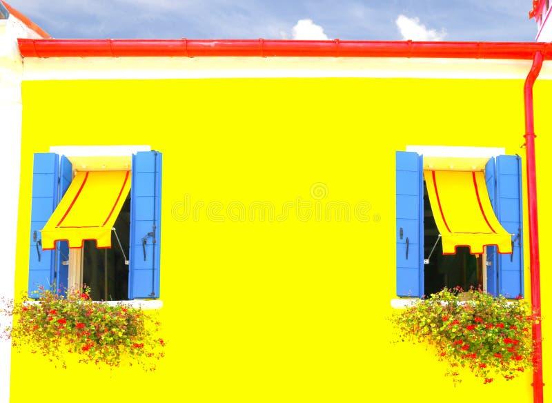 Casa amarilla hermosa fotografía de archivo